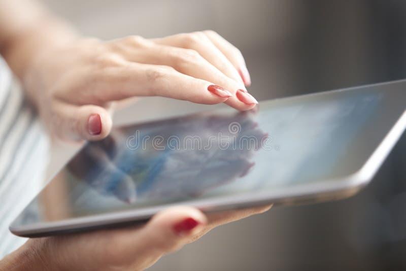Frau mit Tablettecomputer stockbilder