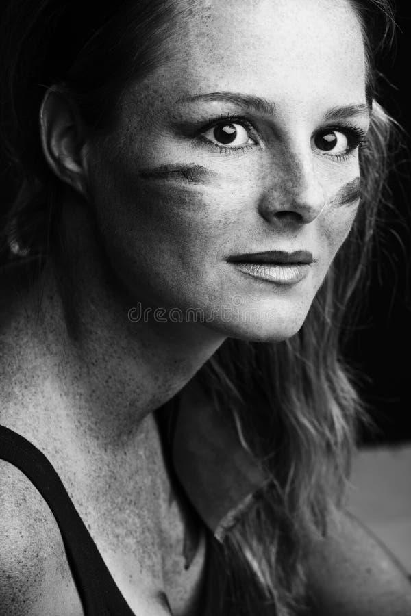 Frau mit Tarnung auf Gesicht stockbilder