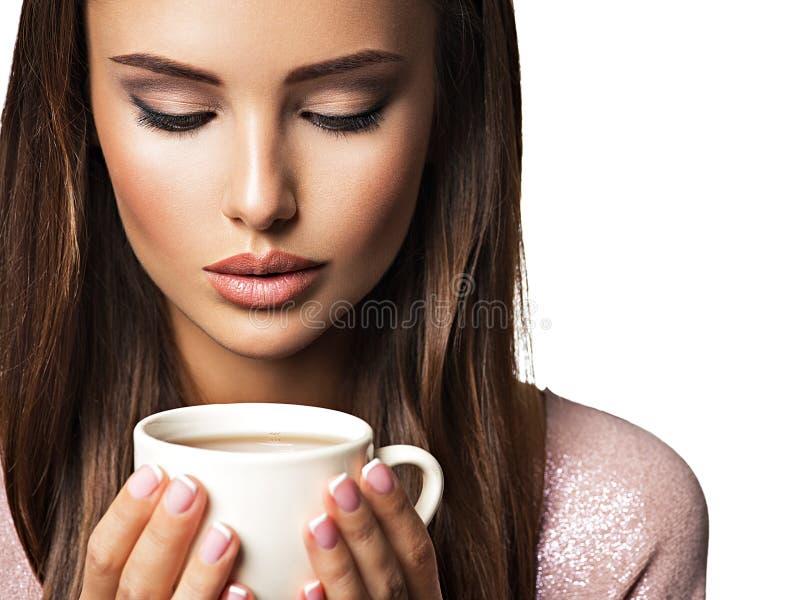 Frau mit Tasse Kaffee lizenzfreie stockfotografie