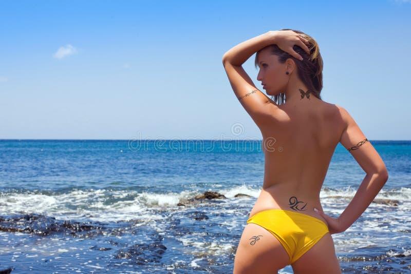 Frau mit tatoo stockbilder