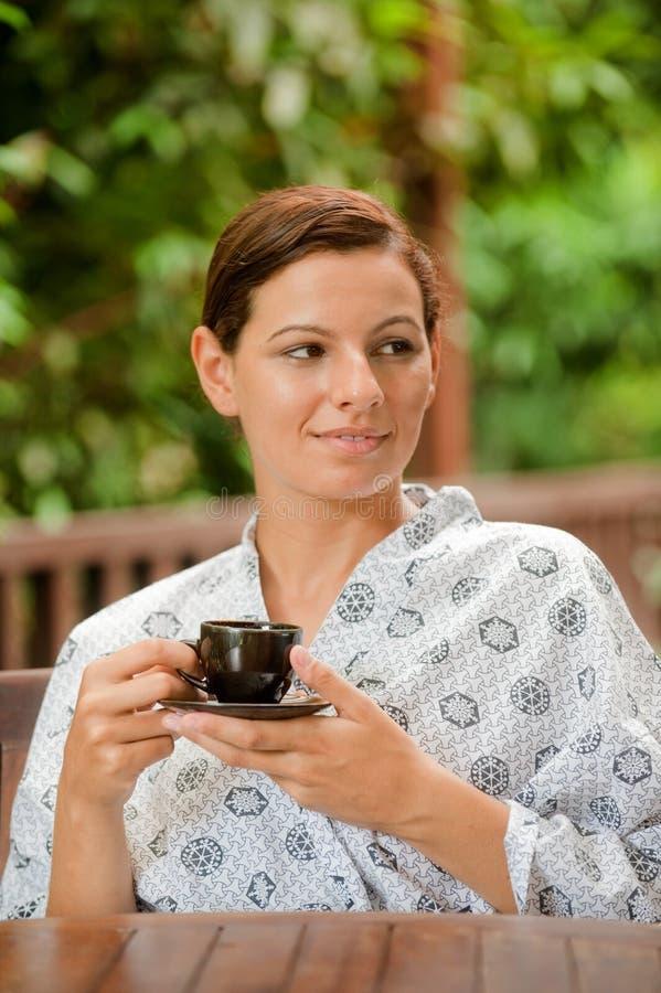 Frau mit Tee stockbild