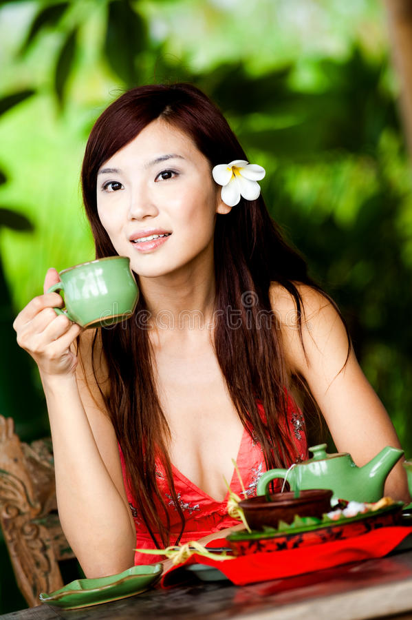 Frau mit Tee lizenzfreie stockfotos