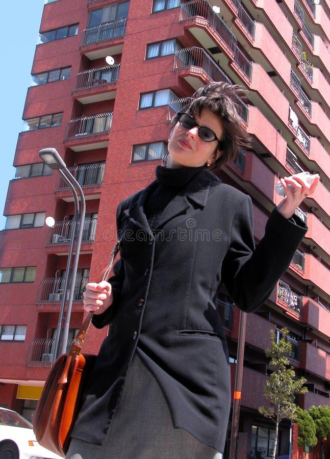 Frau mit Telefon in einer Stadt lizenzfreies stockfoto