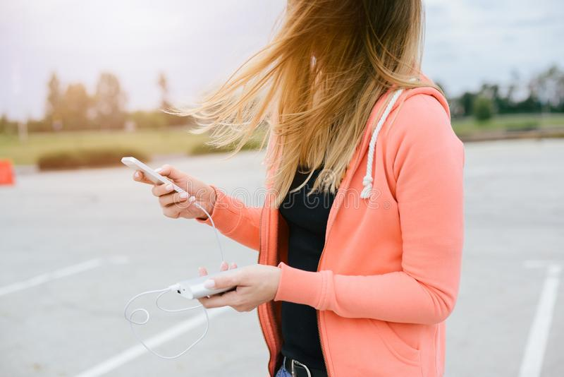Frau mit Telefon und Energie haben ein Bankkonto, die beweglichen Spiele spielend stockfotografie