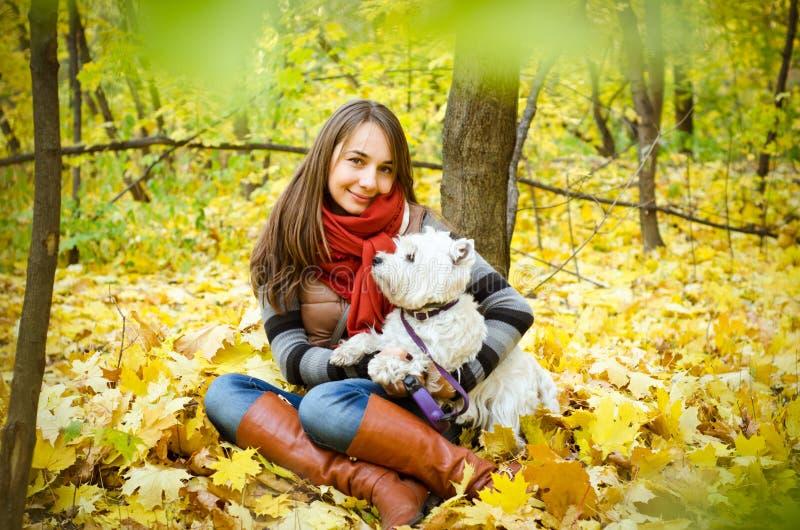 Frau mit Terrier lizenzfreie stockbilder