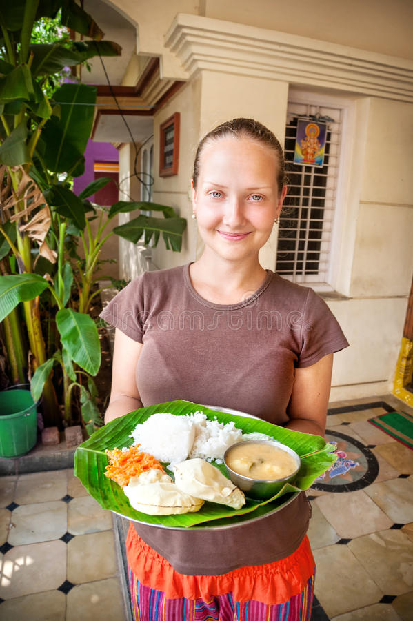 Frau mit thali auf Bananenblatt lizenzfreies stockfoto