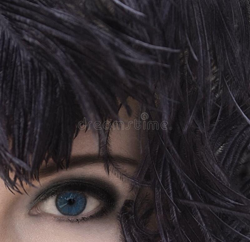 Frau mit tiefen blauen Augen im schwarzen Federkopfschmuck Rauchiges Augenmake-up stockfotos