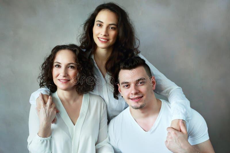 Frau mit Tochter und Sohn stockfoto