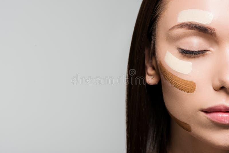 Frau mit Ton- Grundlage auf Gesicht stockfotos