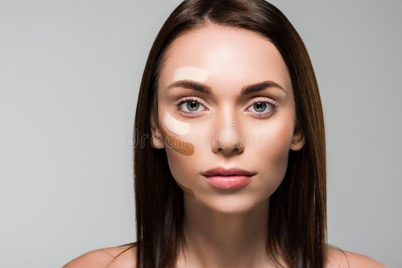 Frau mit Ton- Grundlage auf Gesicht lizenzfreie stockfotografie
