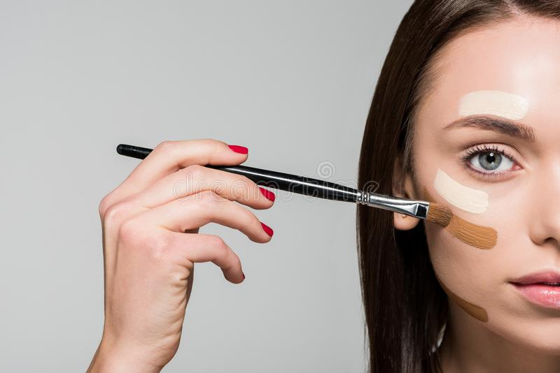 Frau mit Ton- Grundlage auf Gesicht lizenzfreie stockfotos