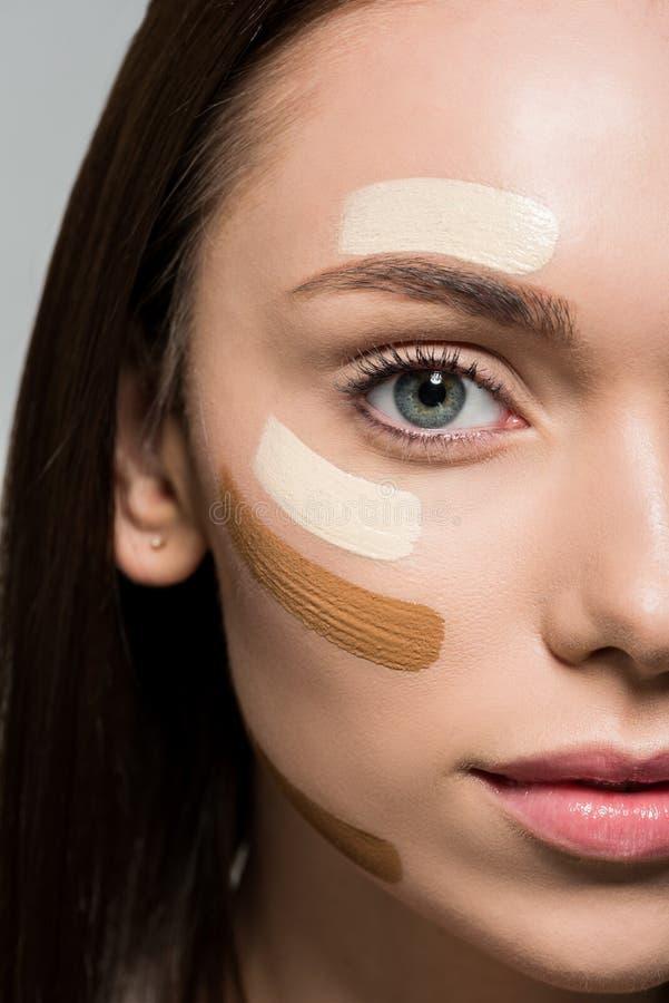 Frau mit Ton- Grundlage auf Gesicht stockfotografie