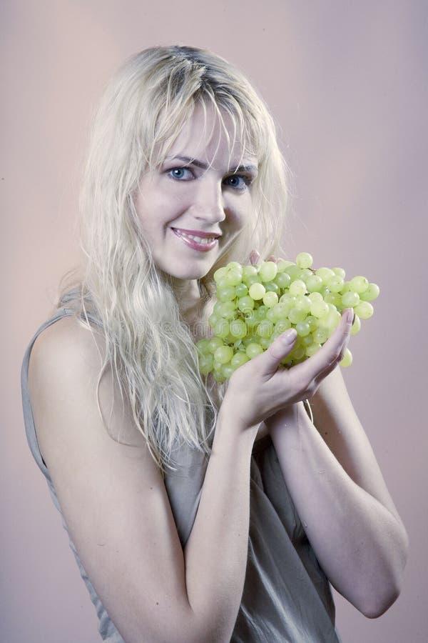 Frau mit Traube lizenzfreie stockfotos