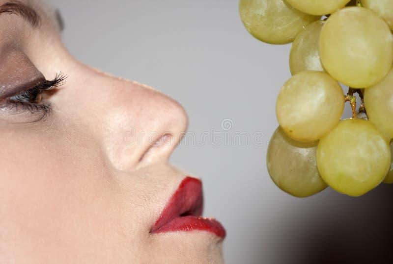 Frau mit Trauben lizenzfreies stockfoto