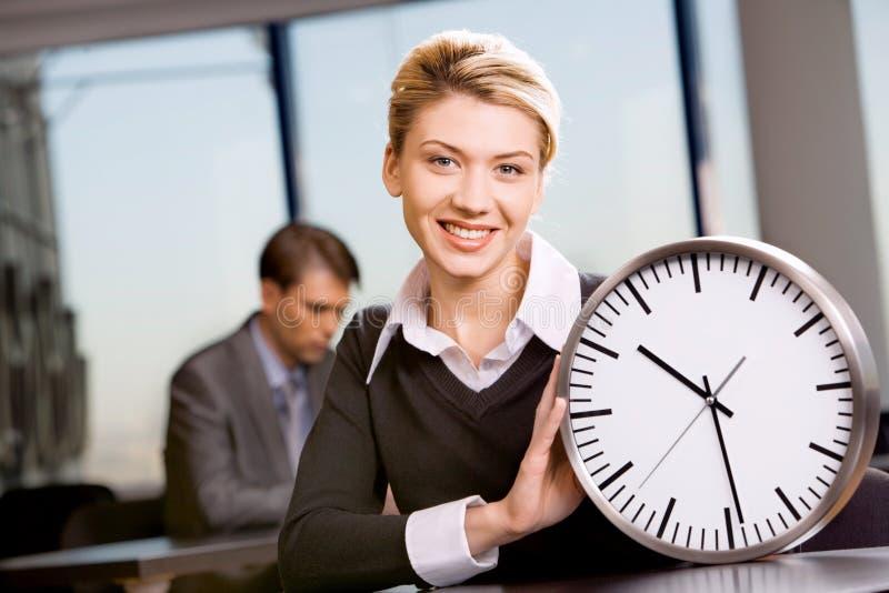 Frau mit Uhr lizenzfreie stockbilder
