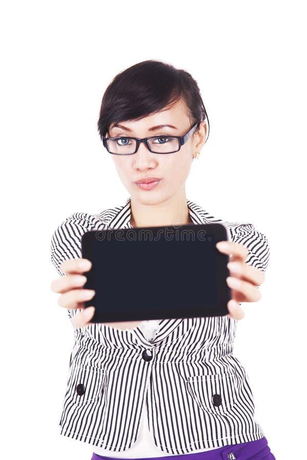 Download Frau Mit Unbelegtem Bildschirm Der Tablette Stockfoto - Bild von bildschirmanzeige, elektronisch: 26367470