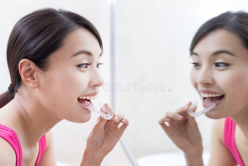 Frau mit unsichtbaren Klammern stockbilder