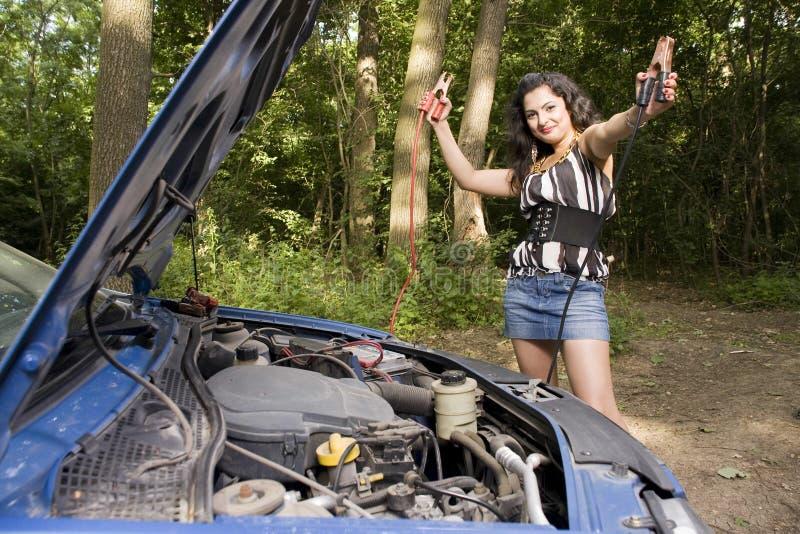 Frau mit unterbrochenem Auto stockbild