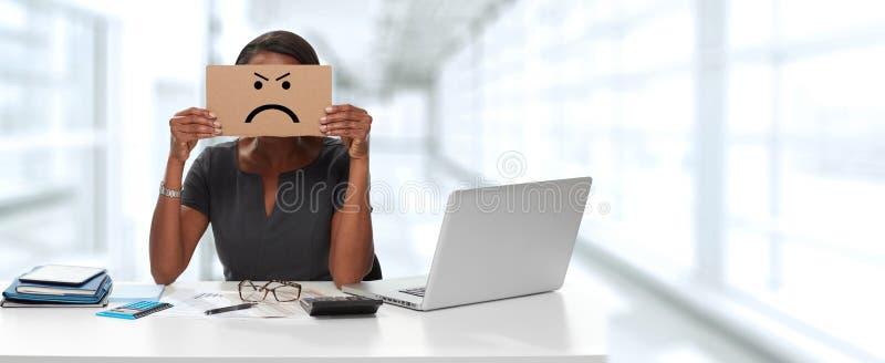 Frau mit verärgerter Pappe auf Gesicht stockbild