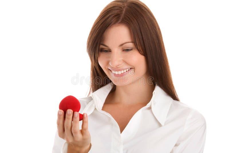 Frau mit Verlobungsring stockfotos