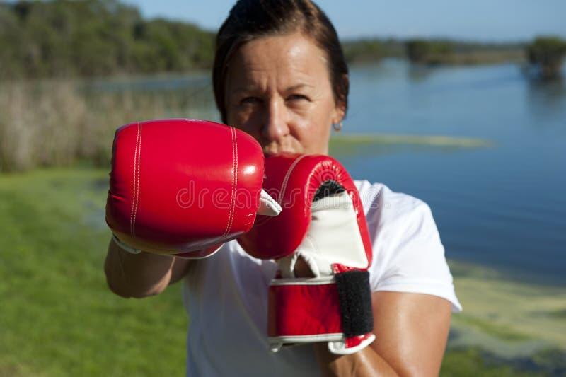 Frau mit Verpacken-Handschuhen stockfotos