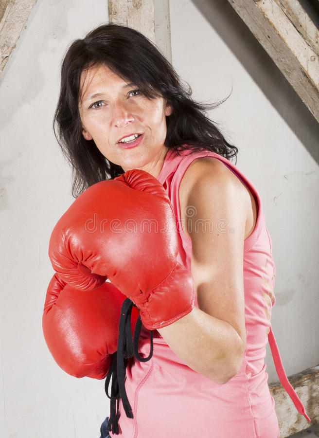 Frau mit Verpackenhandschuhen stockfotos