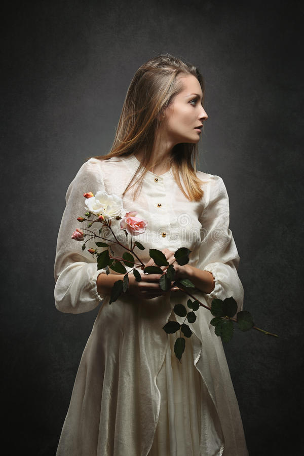 Frau mit Victoriankleid dreht Seitenweisen lizenzfreie stockfotos