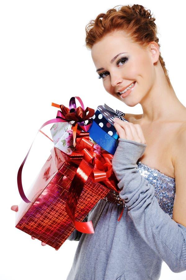 Frau mit vielen Weihnachtsgeschenkkästen stockfotografie