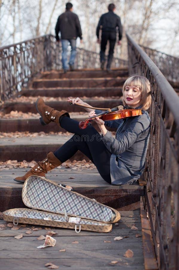 Frau mit Viola auf der Brücke lizenzfreies stockfoto