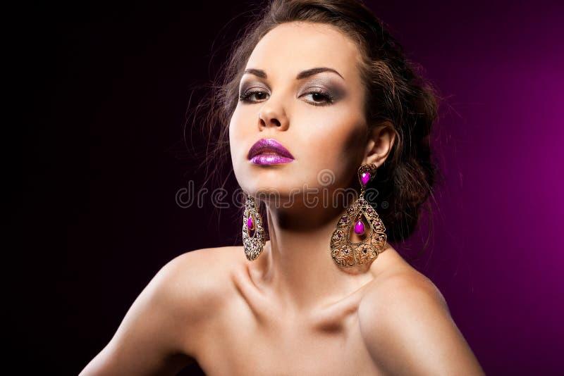 Frau mit violetten Schmucksachen stockfotos