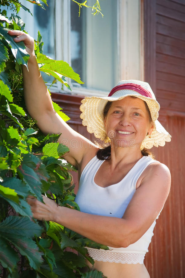Frau mit Virginia-Kriechpflanze lizenzfreie stockbilder