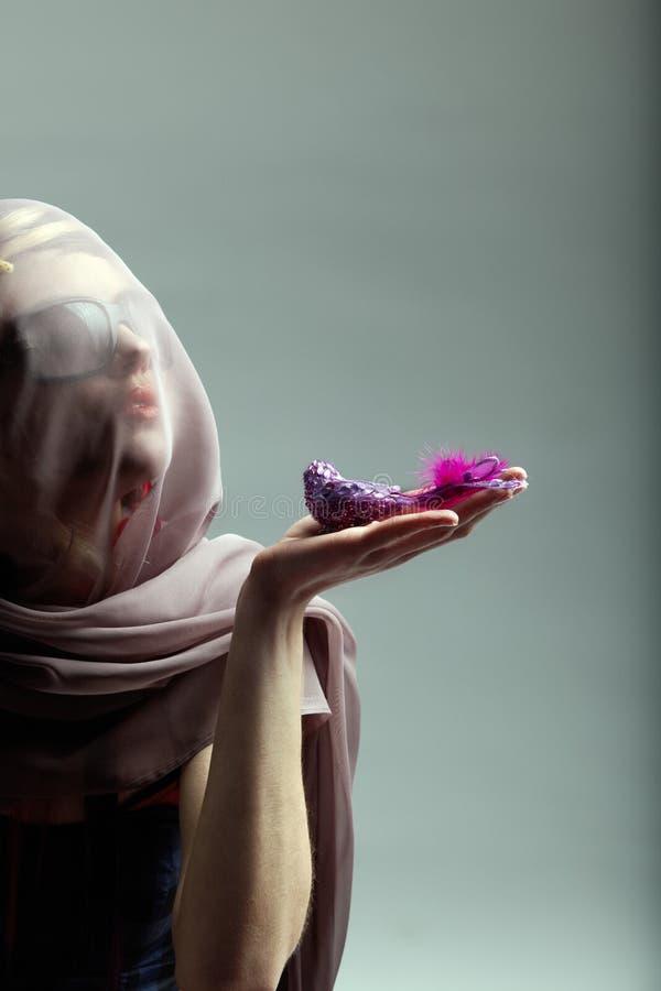 Frau mit Vogel lizenzfreies stockbild