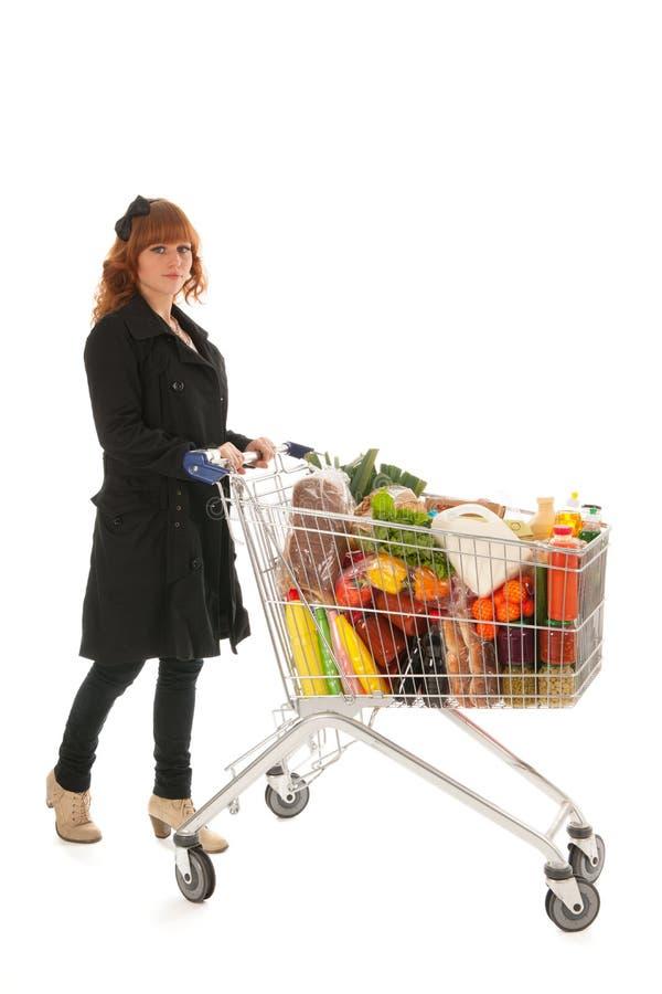 Frau mit vollem Lebensmittelgeschäft des Warenkorbes Molkerei stockfotografie
