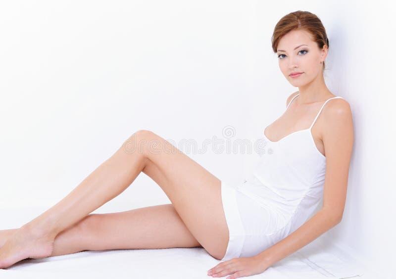 Frau mit vollkommener Karosserie in den Whitkombinationen lizenzfreie stockfotografie