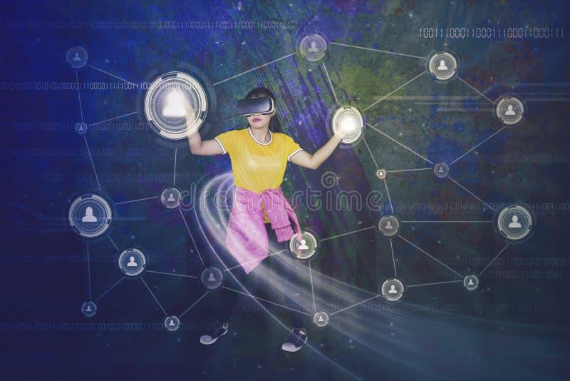 Frau mit VR-Kopfhörer und Knopf des Sozialen Netzes stockfoto