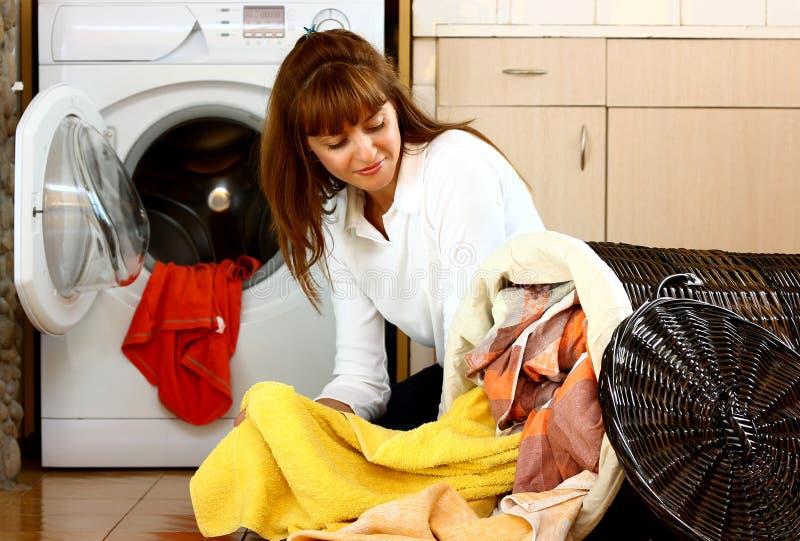 Frau mit Wäscherei stockfotos