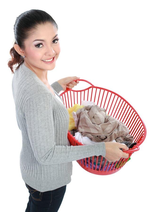 Frau mit Wäscherei lizenzfreie stockfotografie