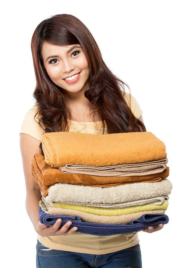 Frau mit Wäscherei lizenzfreie stockbilder