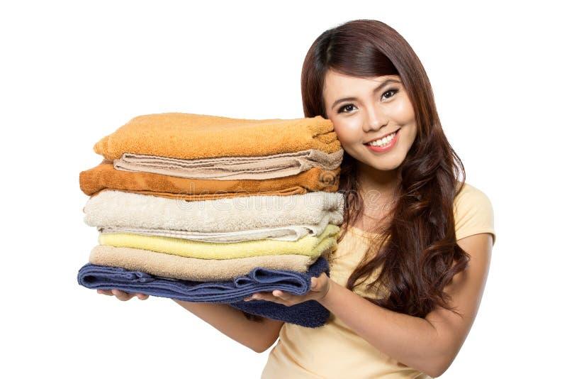 Frau mit Wäscherei stockfotografie
