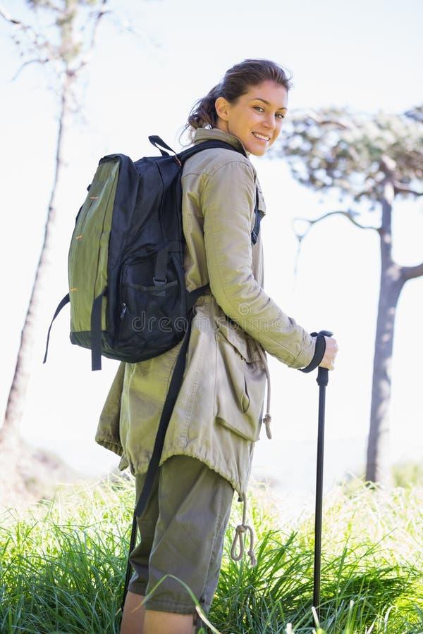 Frau mit Wanderstöcken stockbild