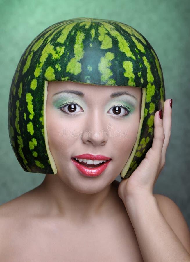 Frau mit Wassermelone lizenzfreie stockbilder