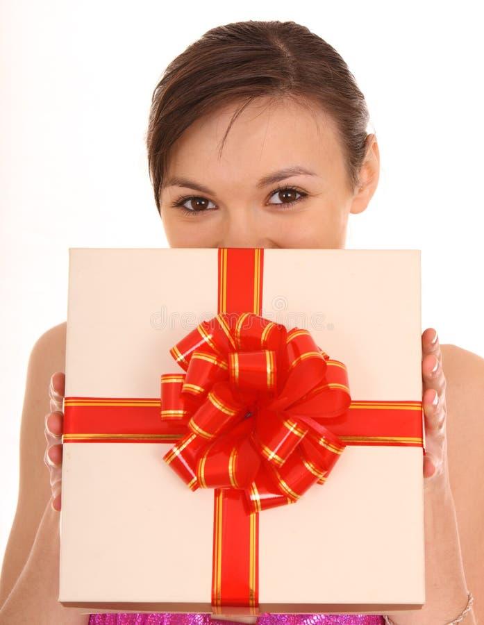 Frau mit weißem Geschenkkasten. stockfoto