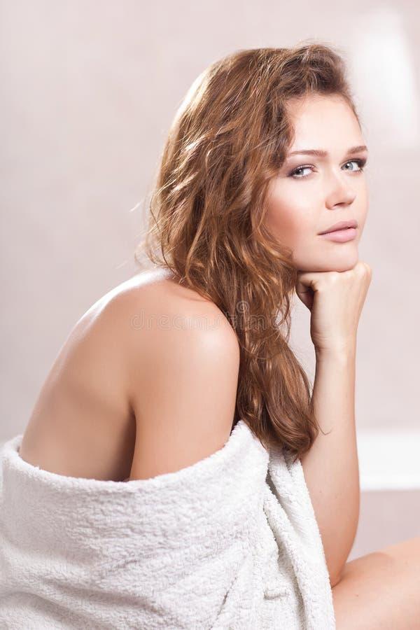 Frau mit weißem Tuch stockfotografie