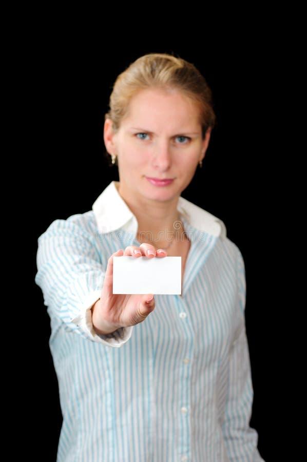 Frau mit weißer Karte lizenzfreie stockfotografie