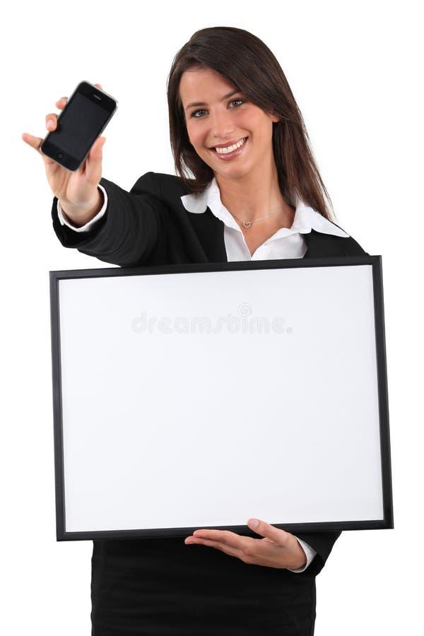 Frau mit weißer Platte stockfotografie