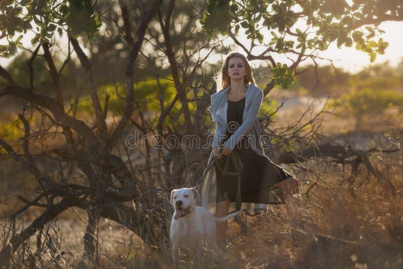 Frau mit weißem Dogo Argentino stockfotos