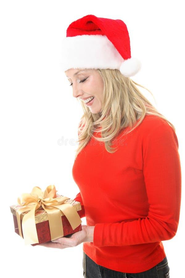 Frau mit Weihnachtsgeschenk stockfotos