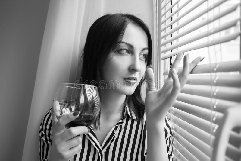 Frau mit Weinglas lizenzfreies stockbild