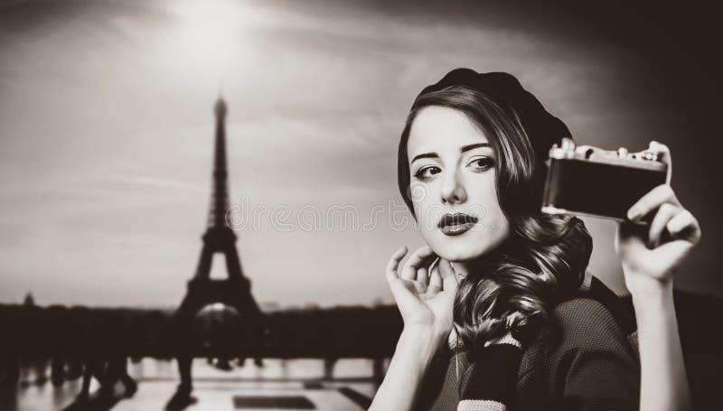 Frau mit Weinlesekamera in Paris stockbild