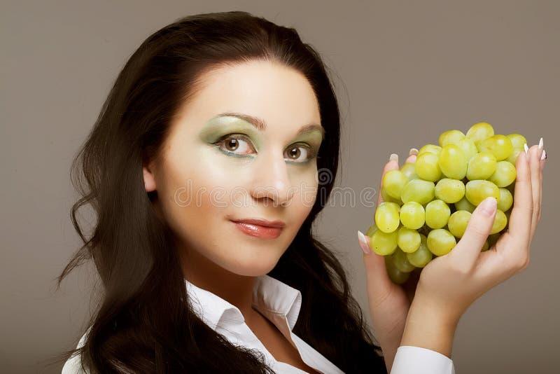 Frau mit Weintraube lizenzfreies stockbild
